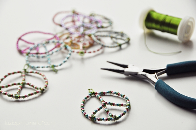 [luzia pimpinella BLOG] DIY: kinder basteln - peace anhänger aus perlen und draht / kids crafting - peace pendants made of wire and glass beads