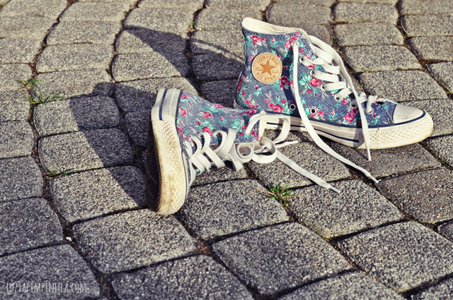 luzia pimpinella BLOG | blümchen-chucks auf der terasse | flower sneakers on the terrace