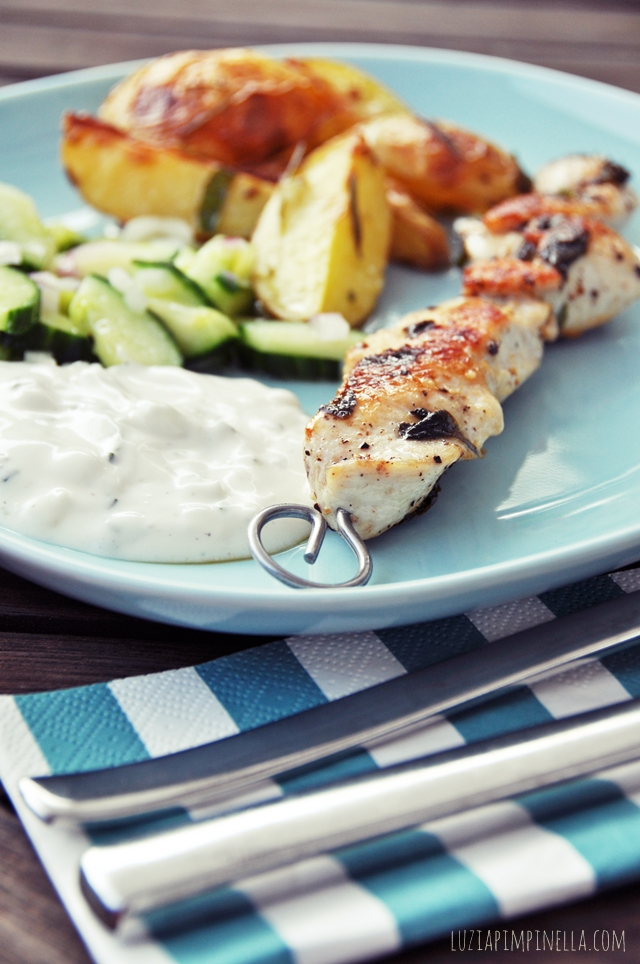 luzia pimpinella blog | foodlove | hähnchen souvlaki, geröstete knoblauch rosmarin-kartoffeln, gurkensalat und tzatziki | chicken souvlaki, rosted garlic-rosemary potatoes, cucumber salad and tzatziki