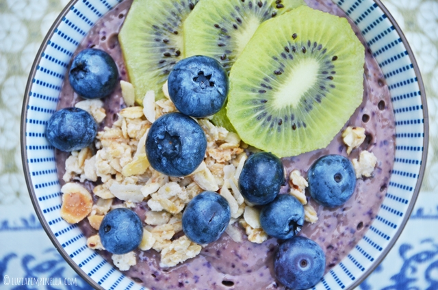 luzia pimpinella | frühstücksrezept für blaubeeren-bananen smoothie bowl | breakfast recipe for blueberry banana smoothie bowl