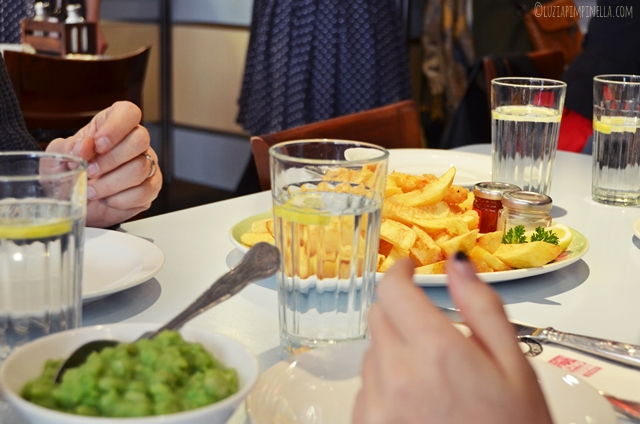 travel london | east end food tour - poppies fish & chips | ©luziapimpinella.com