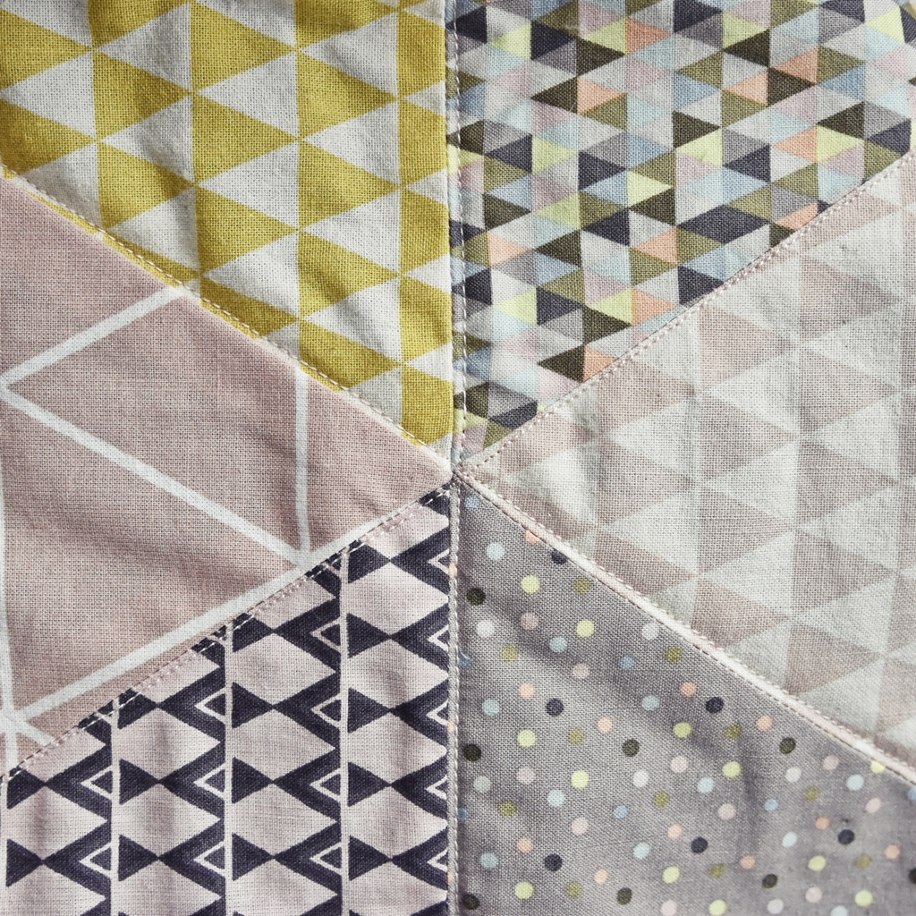 triangle baby quilt n h anleitung babydecke mit dreieck muster. Black Bedroom Furniture Sets. Home Design Ideas