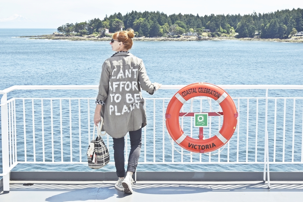 Outfit of the Day & Travel Style Vancouver Island - Can't Afford To Be Plain - DIY Statement Long-Shirt mit Stoffmalfarbe selbermachen | luziapimpinella.com