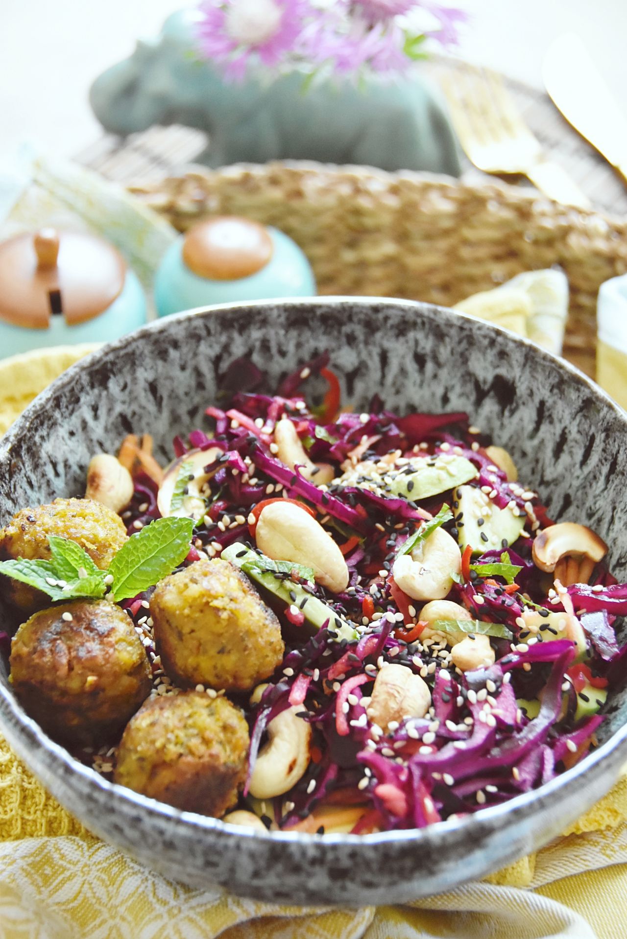 Leckeres Rezept für einen Rotkohlsalat mit Avocado, Cashewkernen & Sesam | Sommersalat mit Rotkohl | Recipe for Red Cabbage Salad with Avocado, Cashews & Sesame | luziapimpinella.com