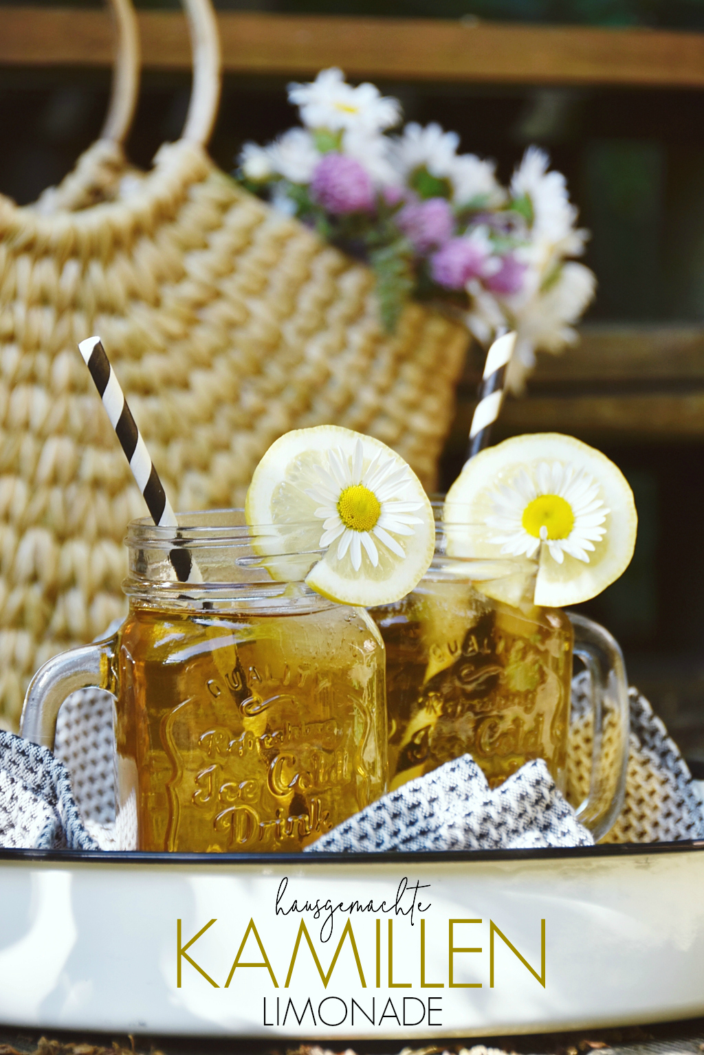 Erfrischende Limonaden selbermachen ist im Sommer der Hit. Mein neustes Limo-Rezept ist etwas ungewöhnlich... Kamillenlimonade mit Honig & Zitrone | Recipe for homemade Chamomille Lemonade w/ Honey & Lemon | luziapimpinella.com