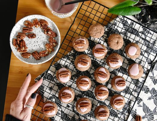 Weihnachtskekse backen – Rezept für Pecannuss Kekse mit Zartbitter-Schoki und Glühweinguss | X-Mas baking recipe for pecan cookies with dark chocolate & mulled wine frosting | luziapimpinella.com